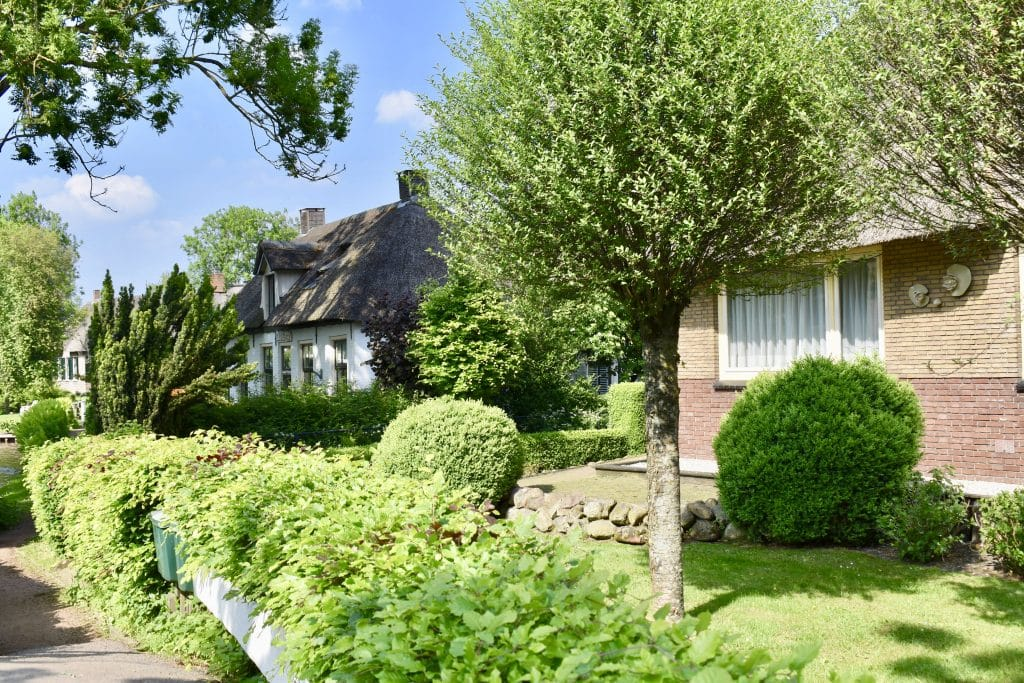 A few homes along the path in Giethoorn Netherlands